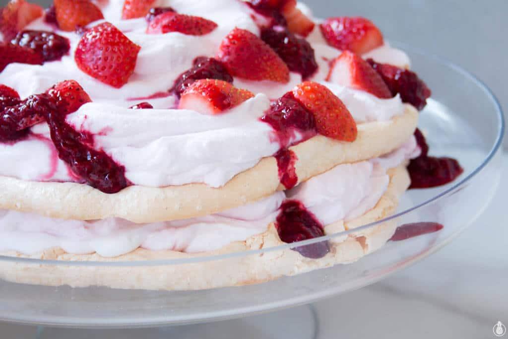 Layered Pavlova with Coconut Cream and Berries || מתכון לעוגת שכבות פבלובה כשרה לפסח עם קרם קוקוס ופירות יער