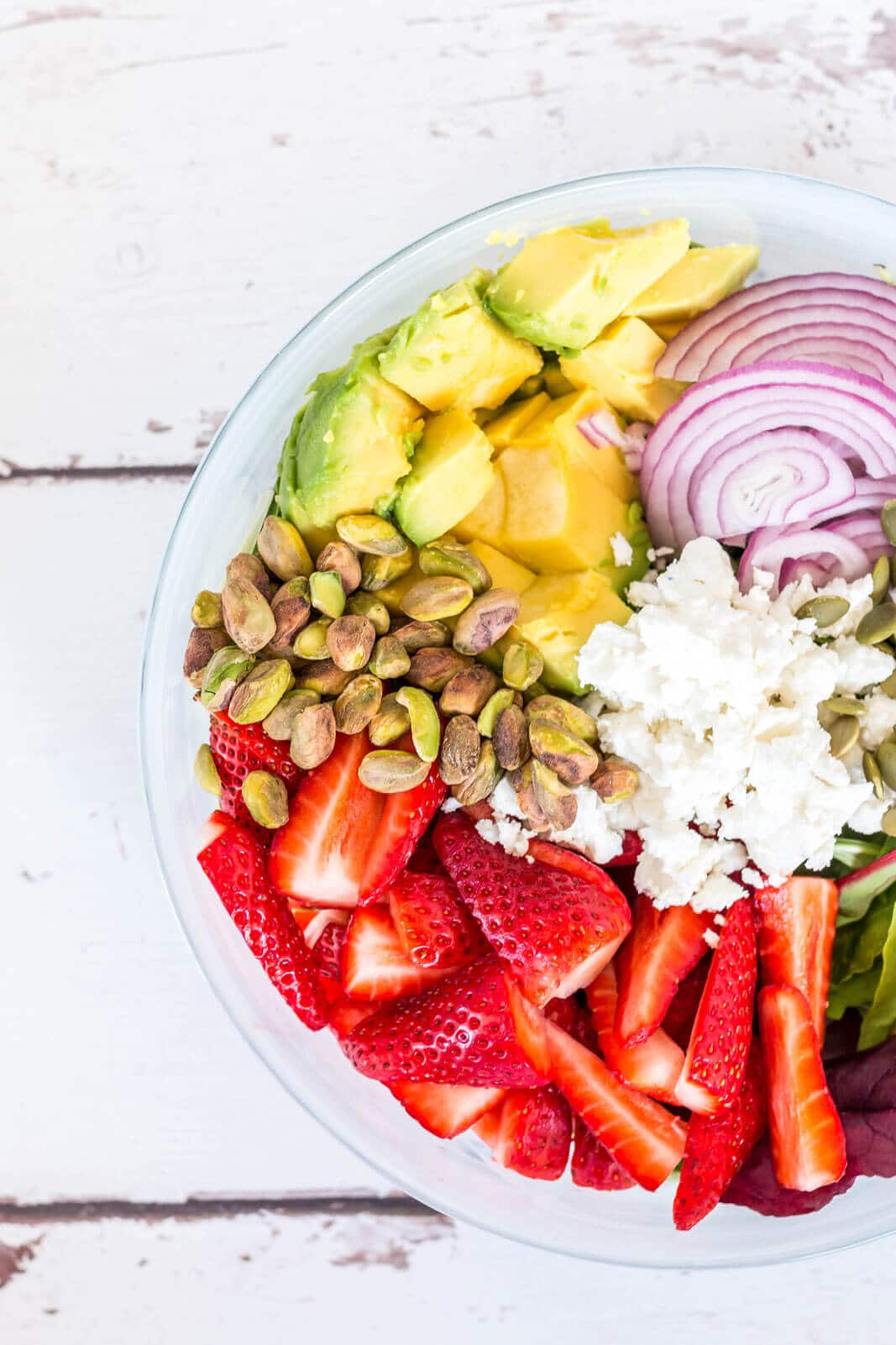 Looking for a gorgeous and healthy salad for Spring? This spring salad with green leaves, strawberries and avocado is the ideal recipe to try right now! great healthy sauce and fresh ingredients that's ideal for any occasion!