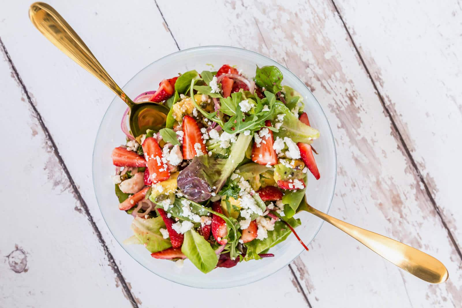 Looking for a gorgeousand healthy salad for Spring? This spring salad with green leaves, strawberries and avocado is the ideal recipe to try right now! great healthy sauce and fresh ingredients that's ideal for any occasion!