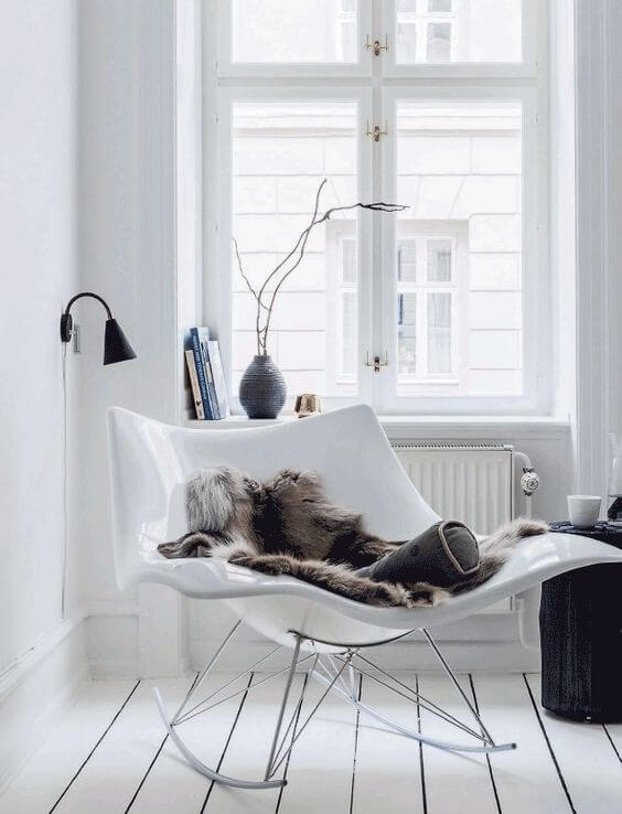 PINSPIRATION : 15 comfy and Stylish Reading Corners that will inspire you to create your own little reading nook. | home decor trends 2017 | Read more @ www.hedonistit.com